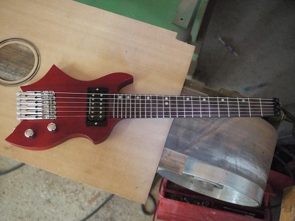 Une guitare de voyage Xavier Petit avec une jolie forme