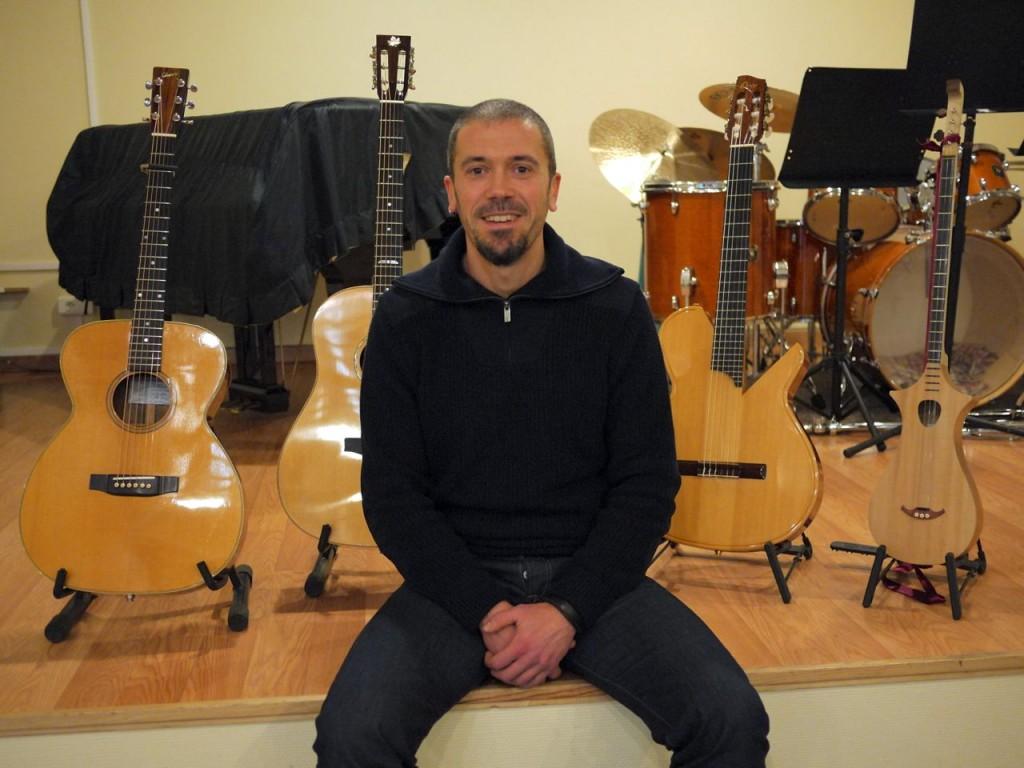 Gaedic Chambrier devant ses guitares