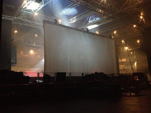 Une fois à l'intérieur, une vue de l'arrière de la scène