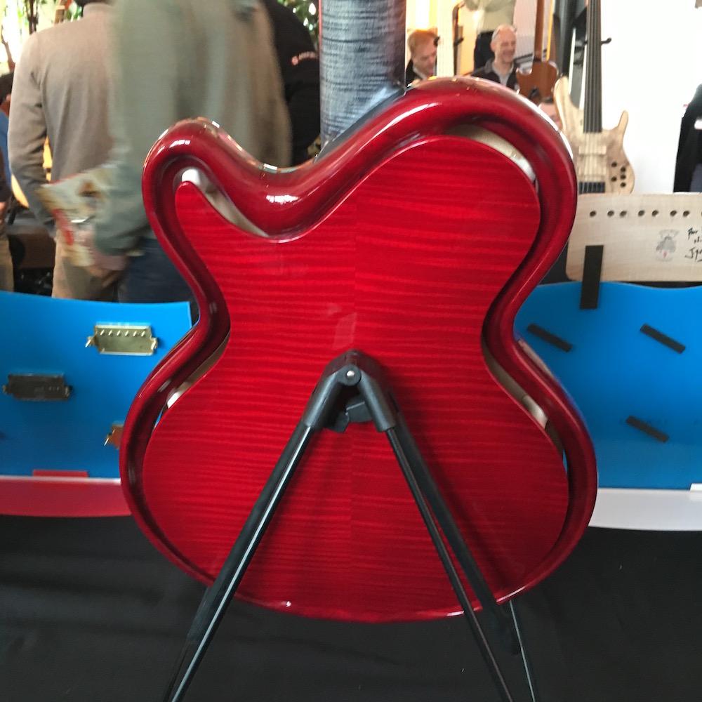 Le dos de la guitare Skype de Mario Beauregard et Jean-Yves Alquier