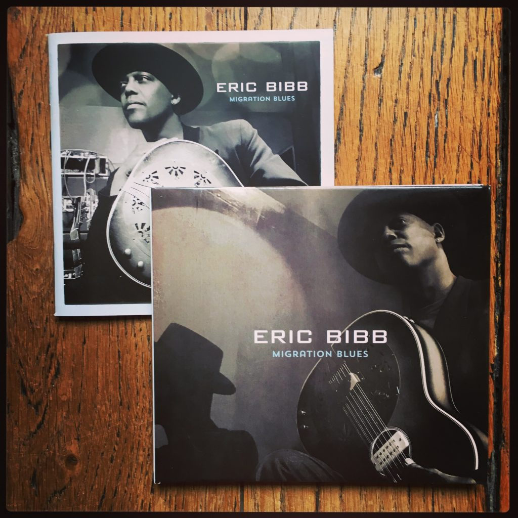 Interview Eric Bibb guitare à la main - Migration Blues