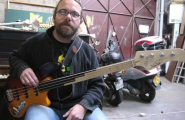 Laurent David et sa Bibasse fabriquée par le luthier Xavier Petit