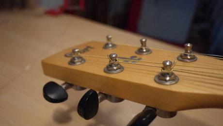 Changer les cordes d'une guitare Folk - Chronique du luthier Adrien Collet