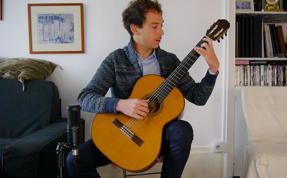 Thibault Cauvin guitare à la main pour parler de l'aventure Vivaldi