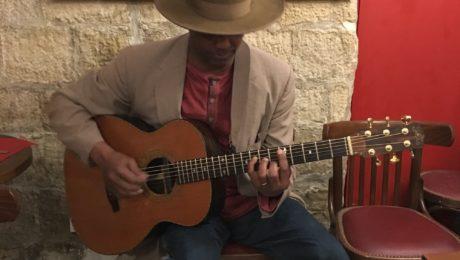 Interview Eric Bibb guitare à la main - Migration Blues