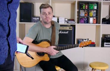 Interview guitare acoustique à la main avec Adam Miller