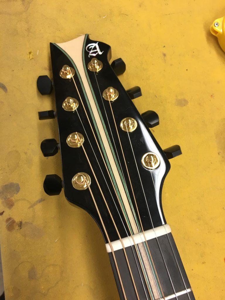 Modèle sur mesure d'une guitare Alhambra pour Los Secretos