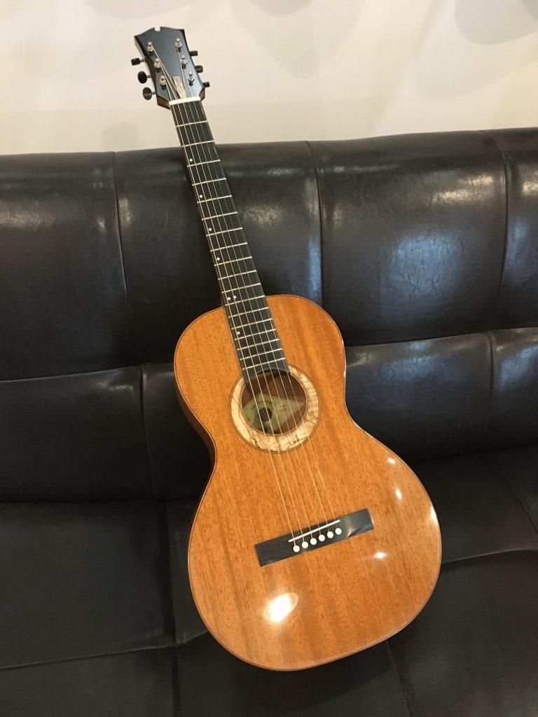 "Guitare parlor ""The Petite"" - Théo Kazourian"