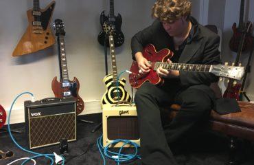 Interview JD Simo guitare à la main - Rise & Shine