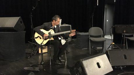 Interview Angelo Debarre avec sa guitare archtop Echo d'Artistes à la main