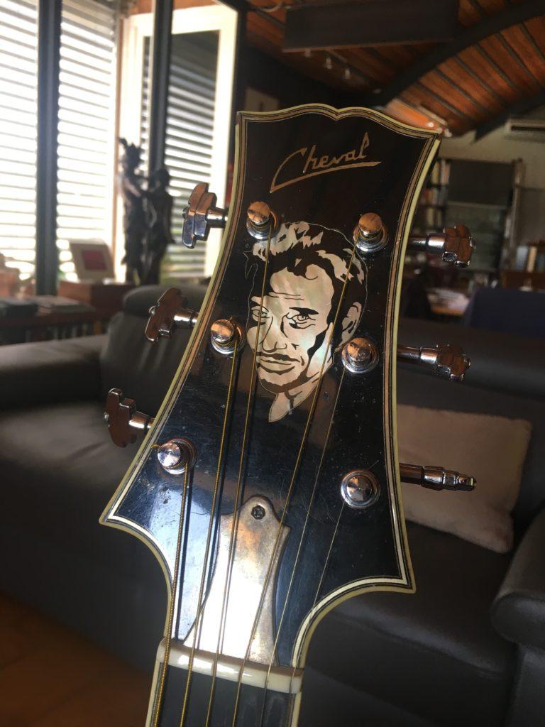 Hommage à Johnny Hallyday - Sa guitare jumbo noire par le luthier Franck Cheval - La Chaîne Guitare