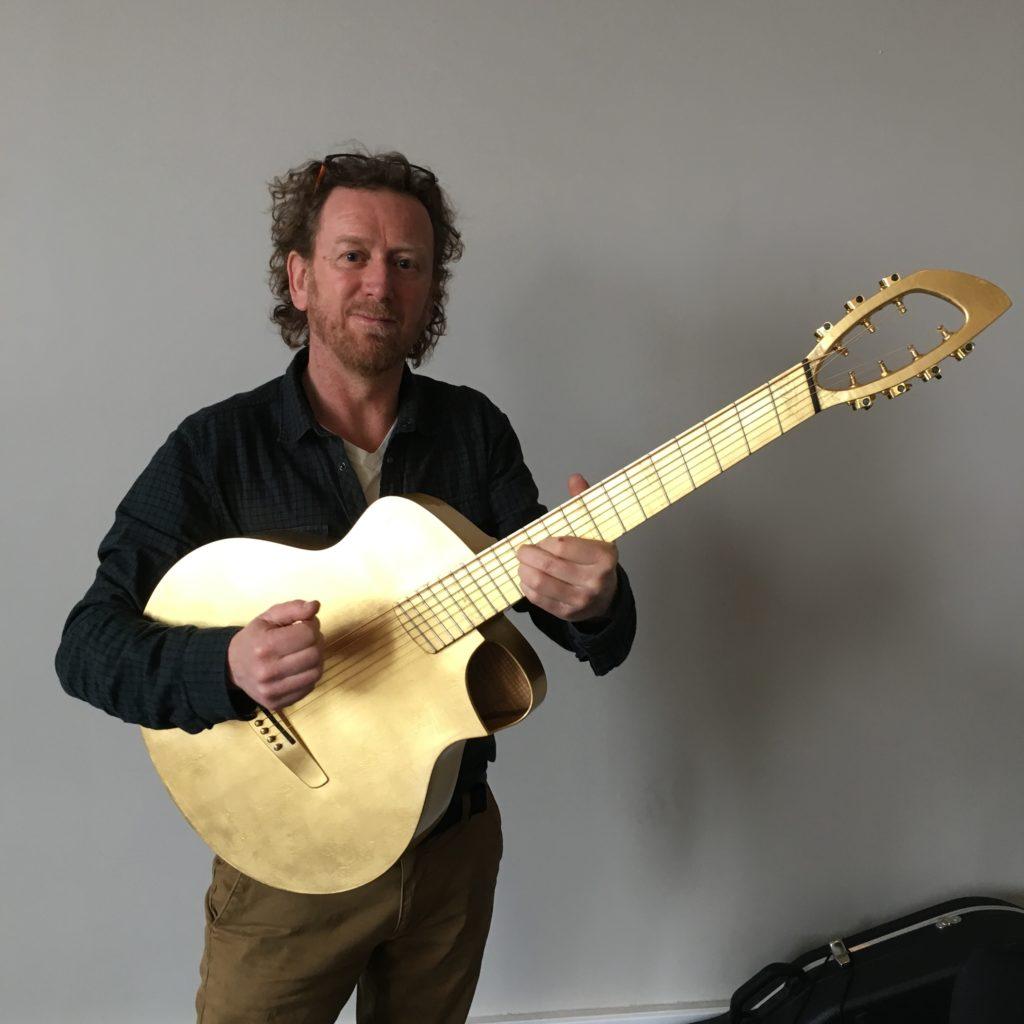 Mathieu Chédid : une guitare à la feuille d'or par le luthier Fred Pons (Kopo)