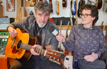 Interview Gildas Arzel - Guitare à la main dans son studio