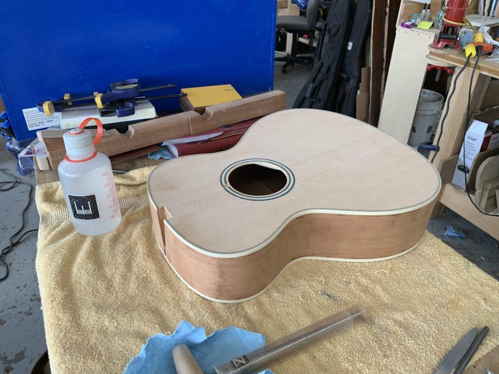 Guitare en cours de la luthière Eve Meister