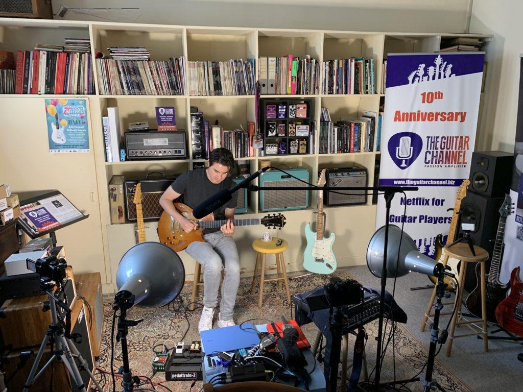 Mike Moreno en interview guitare à la main au showroom - Partie 2/2