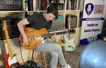 Mike Moreno en interview guitare à la main au showroom - Partie 1/2