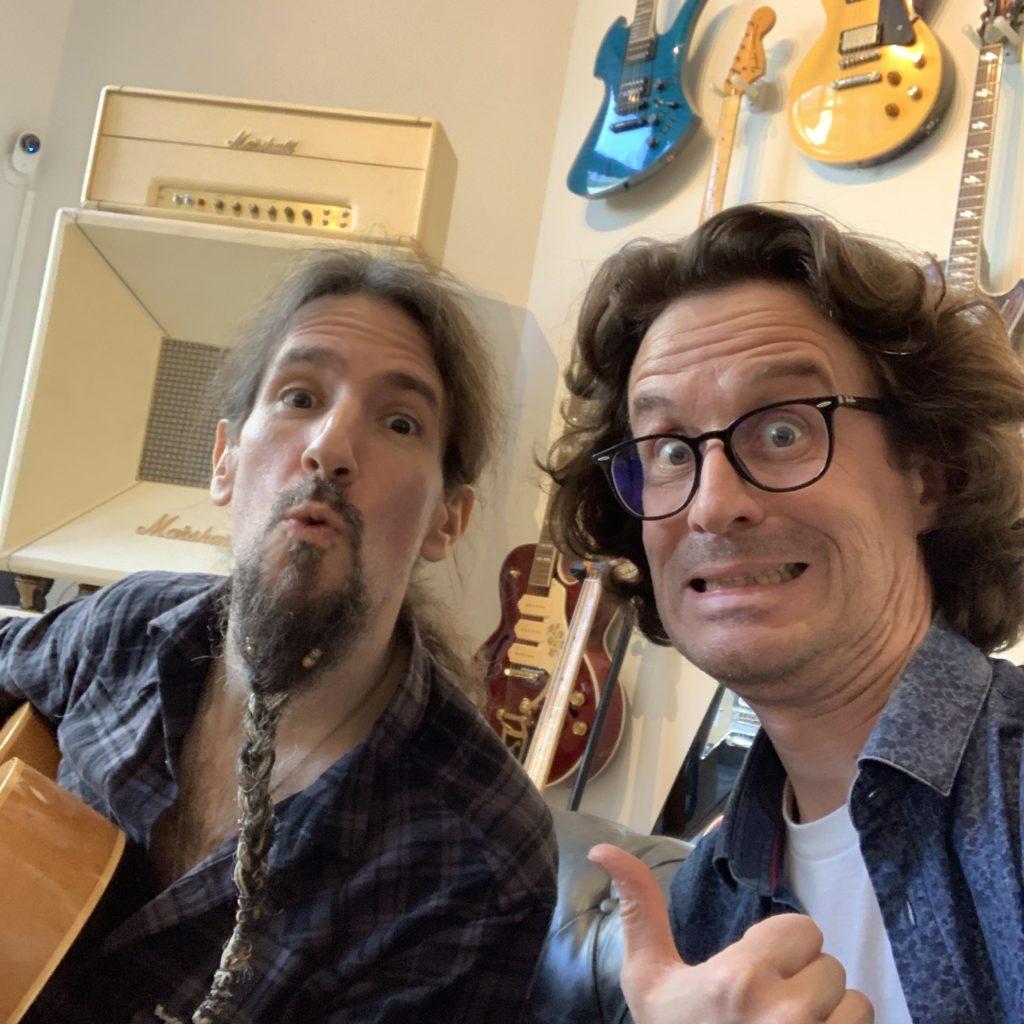 Ron Bumblefoot Thal en interview guitare à la main