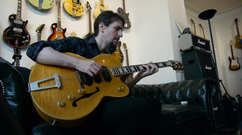 """Ron """"Bumblefoot"""" Thal en interview guitare à la main"""