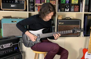Interview Roman Rouzine guitare à la main - Album Humans