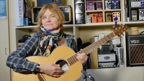 Diane Tell interview guitare à la main autour de l'album Haïku