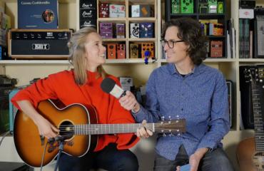 Roxane Arnal interview guitare à la main pour présenter son single Doorways