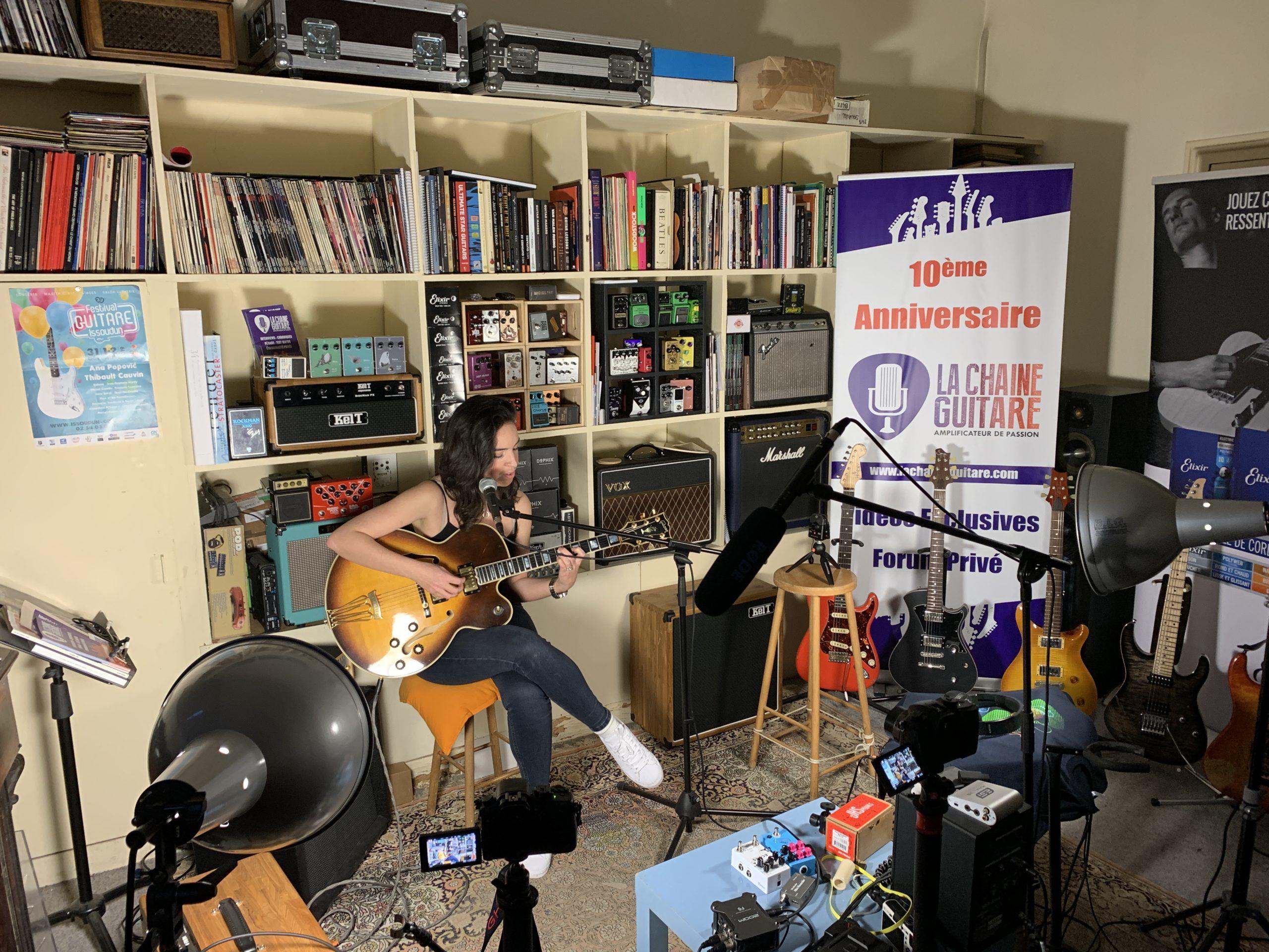 Allison Mareek en interview guitare à la main au showroom