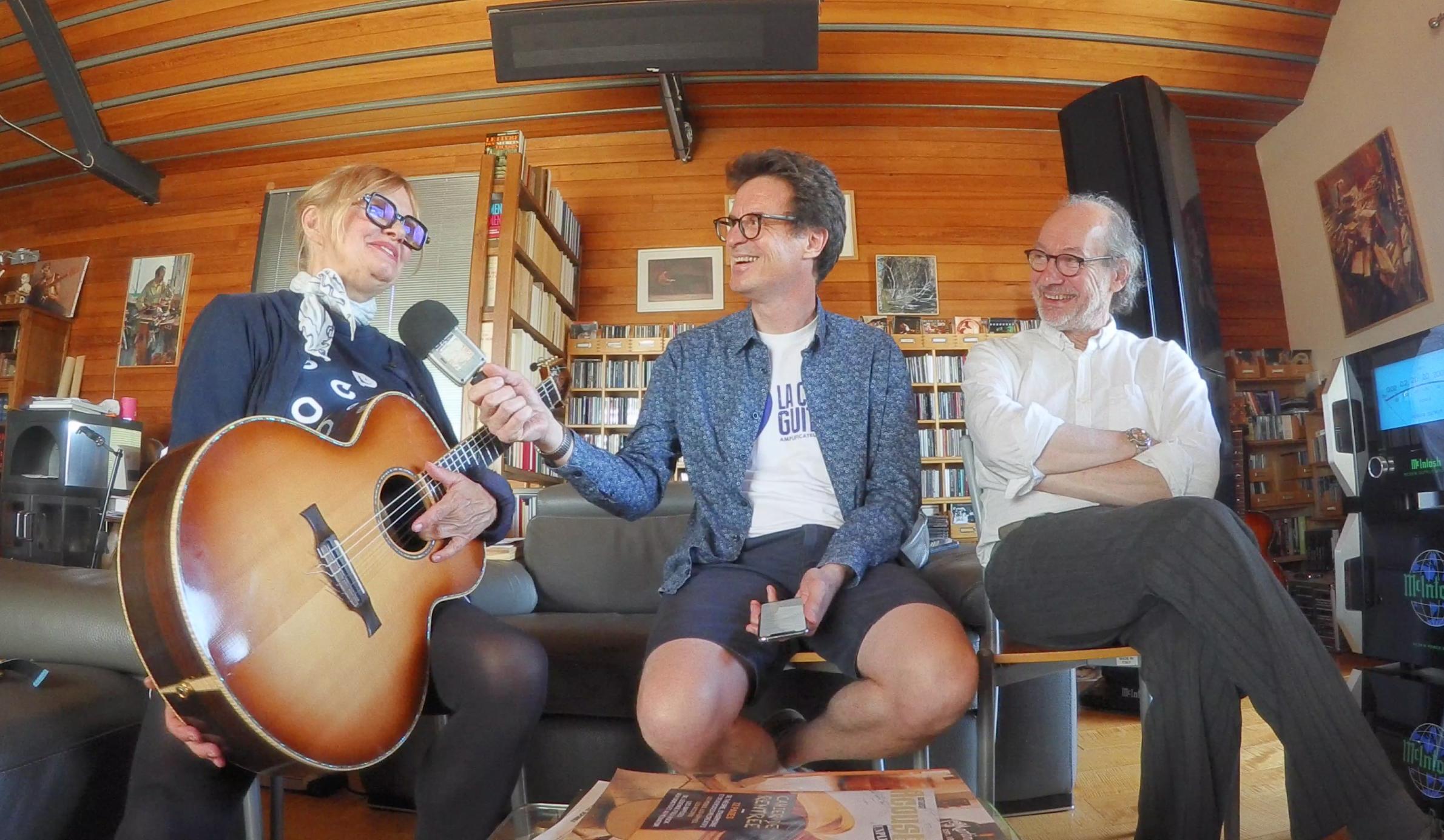 Diane Tell en interview guitare à la main chez son luthier Franck Cheval