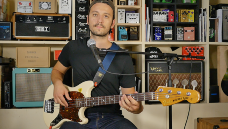 Antonin Rubatat, un bassiste en interview basse à la main au showroom