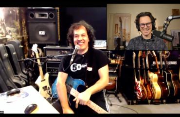 Renaud Louis-Servais guitare à la main au sujet de 50 Plugged Guitars et plus