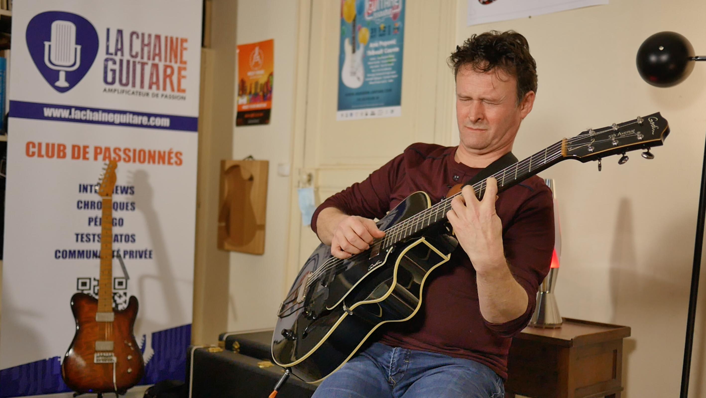 Sylvain Luc, guitare à la main présente son album