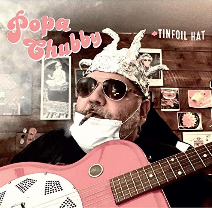 Popa Chubby en interview guitare à la main au sujet de son album Tinfoil Hat