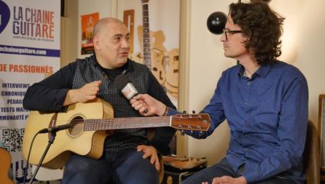 François Sciortino, présente guitare à la main son album Mare Nostrum